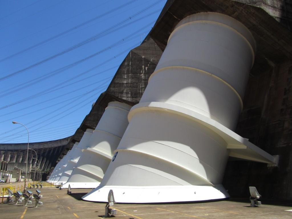 Durch eine dieser Röhren schießt ungefähr die Hälfte der Wassermenge, die in Iguacu über die Kante läuft