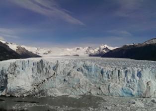 Links sieht man den Fluss, rechts den Schutt des letzten Eisdamms