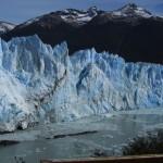 Hier kann man schön den Fluss sehen, der aufgestaut wird, wenn der Gletscher mal wieder zu nah ans Land gewachsen ist.