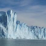 Majestätisch erheben sich einzelne Zacken des Gletschers in den Himmel. Die Farben sind übrigens nicht nachbearbeitet. Sauschwer, mit der Kamera echt einzufangen, aber das ist recht nah an der Realität.