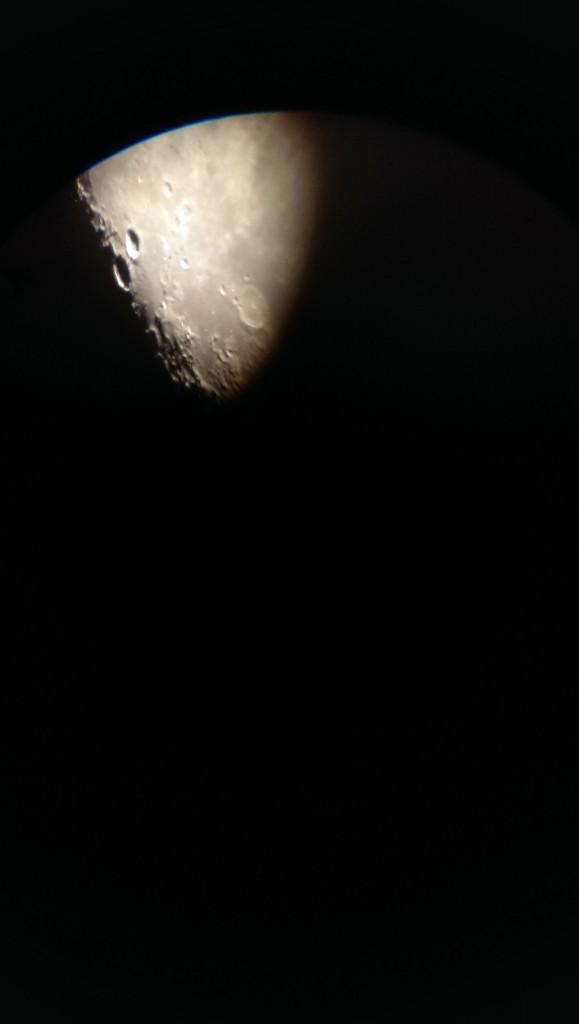 Durch ein Teleskop zu fotografieren ist schwerer als man denkt. Für dieses fragmenthafte Bild wurde ich noch echt abgefeiert. Im Teleskop selbst konnte man natürlich den ganzen Mond erkennen.