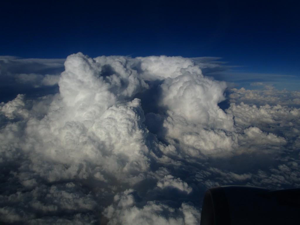 Sieht friedlich aus, aber drinnen krachts gewaltig. Das erste Mal, dass ich Blitze vom Flugzeug aus gesehen habe.