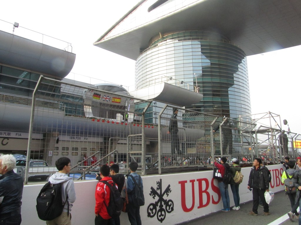 Hinter dem Zaun ist das Metall-Plateau zu erkennen, auf dem die chinesischen Polizisten Wache halten.